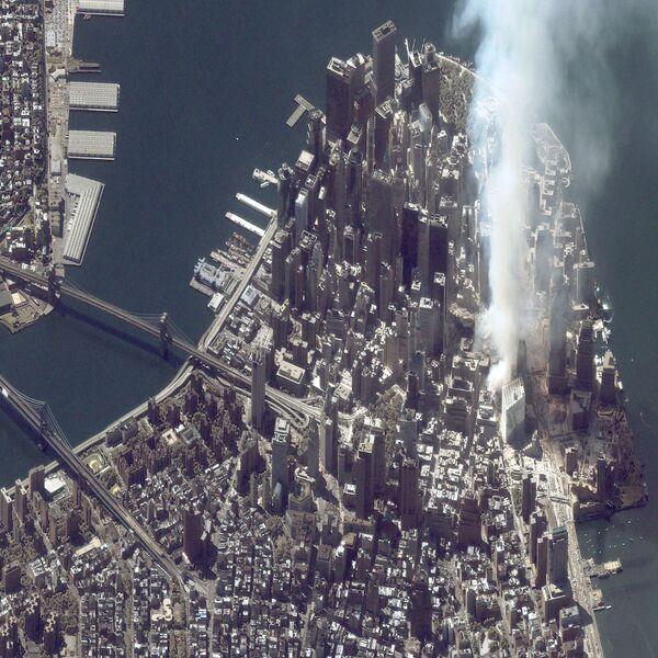 Вид со спутника на Всемирный торговый центр после того, как он подвергся атаке 11 сентября 2001 года - Sputnik Грузия