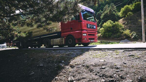 Военно - Грузинская дорога. Грузовой трейлер едет по шоссе - Sputnik Грузия