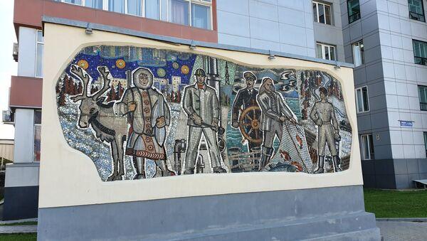 Мозаика у здания городской администрации дает представление о профессиях населения Сахалина - Sputnik Грузия