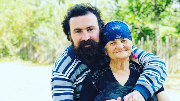 გივიკო დიდია ბებიასთან ერთად - Sputnik საქართველო