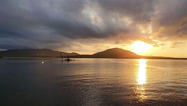 На побережье Охотского моря природа бесплатно демонстрирует чудесные закаты. - Sputnik Грузия