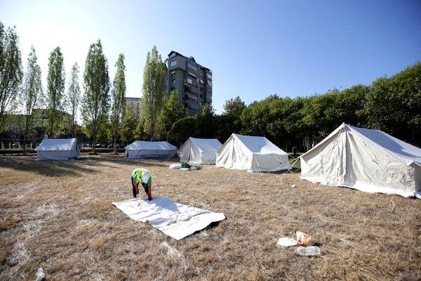 Люди в панике покинули свои дома и обосновались в палатках - Sputnik Грузия