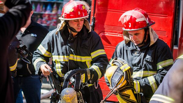 Пожарные-спасатели службы 112. Пожар в торговом центре Терги на тбилисском рынке - Sputnik Грузия