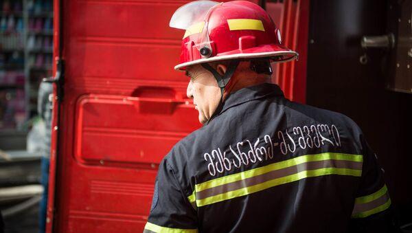 Пожарный-спасатель. Пожар в торговом центре Терги на тбилисском рынке - Sputnik Грузия