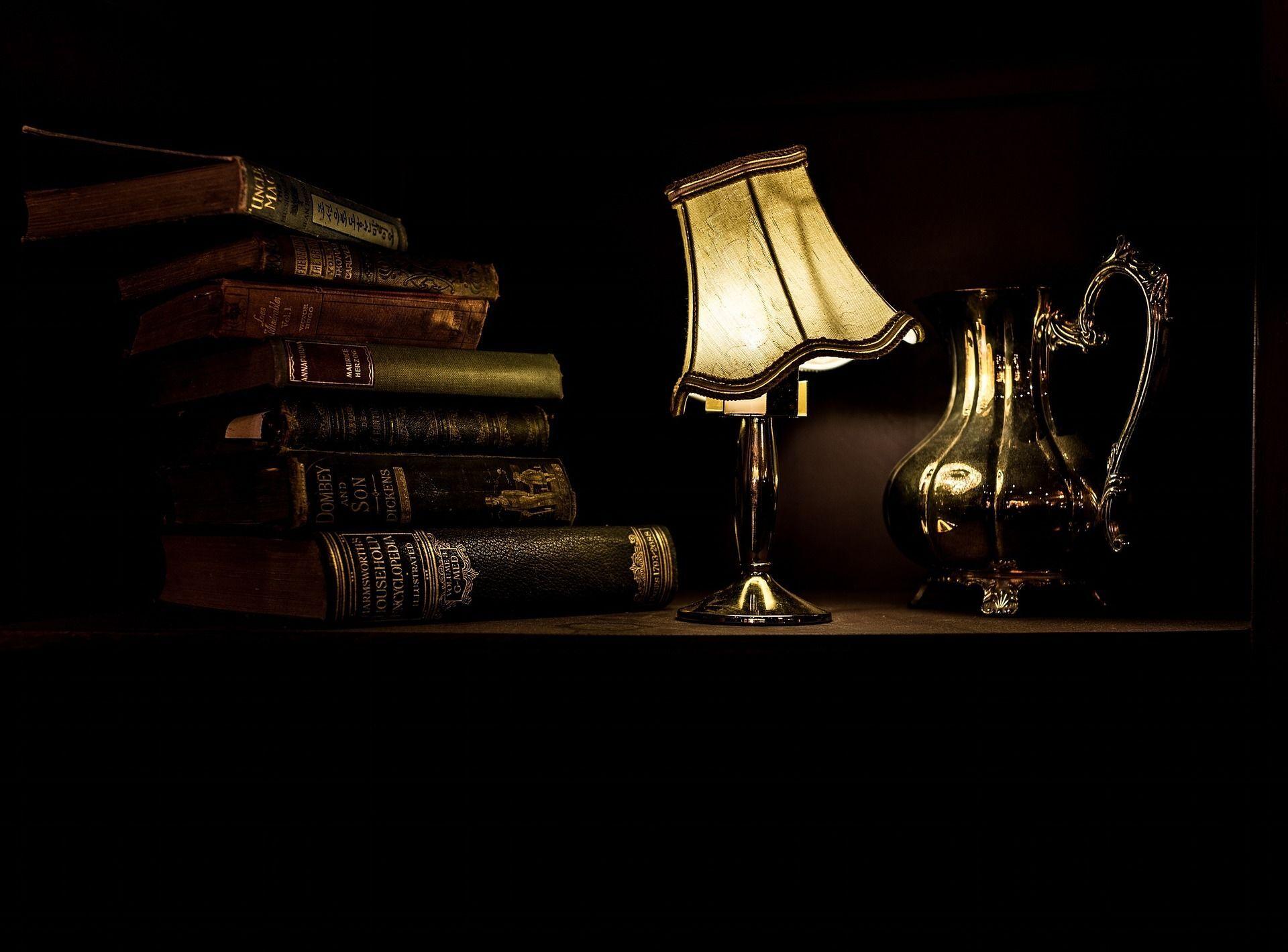 ძველი წიგნები და ღამის ნათურა საწერ მაგიდაზე - Sputnik Грузия, 1920, 30.09.2021