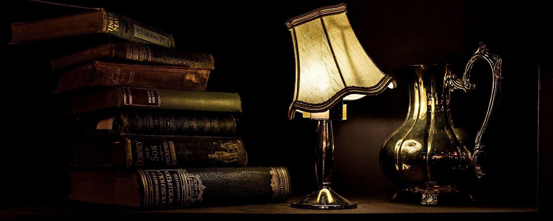 ძველი წიგნები და ღამის ნათურა საწერ მაგიდაზე - Sputnik საქართველო, 1920, 21.11.2020