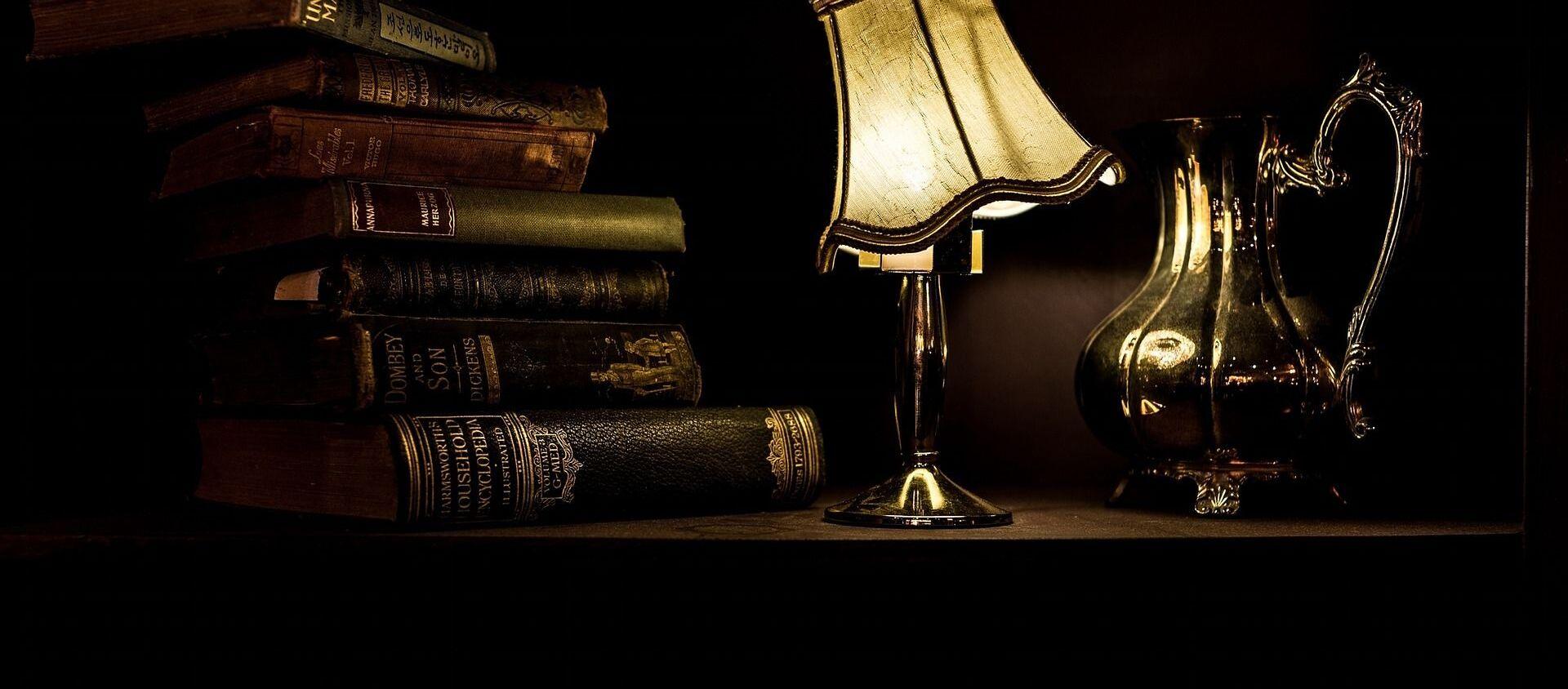 ძველი წიგნები და ღამის ნათურა საწერ მაგიდაზე - Sputnik საქართველო, 1920, 08.06.2020
