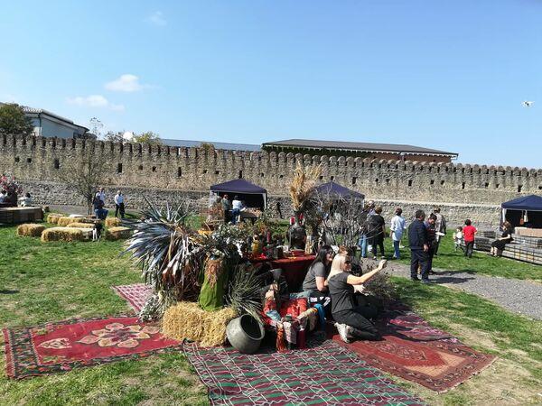 Праздник Телавино никогда не пропускают ни местные жители, ни туристы. На фоне прекрасных старинных ковров и этнографических павильонов сфотографироваться хочет каждый - Sputnik Грузия