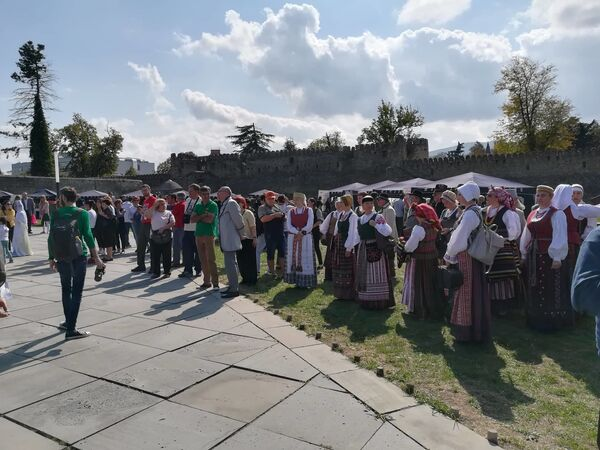 Гостями винного фестиваля Телавино 2019 стали и представители Литовской Республики, которые отличились своими колоритными народными нарядами - Sputnik Грузия