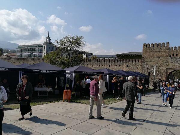 На фестивале публика с удовольствием гуляла, рассматривала работы кахетинских мастеров народного промысла, приобретала на память оригинальные сувениры - Sputnik Грузия