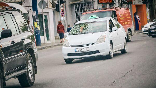 Такси белого цвета в грузинской столице - Sputnik Грузия