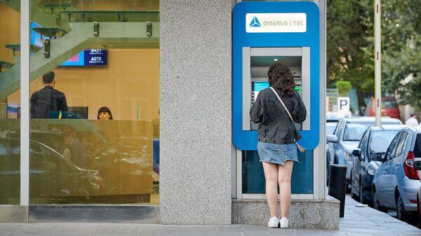 Девушка снимает деньги с карты в банкомате TBC bank - Sputnik Грузия