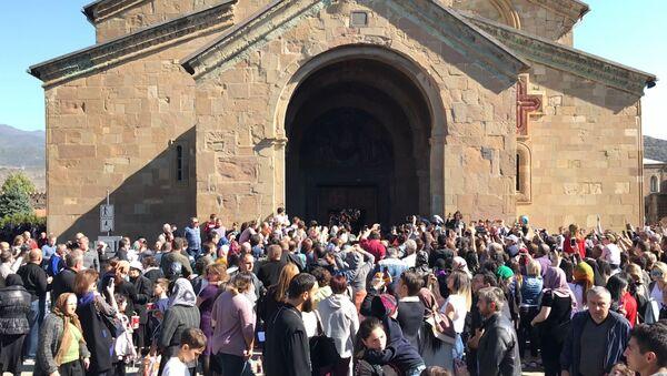 Тысячи верующих Грузии отмечают праздник Светицховлоба во Мцхета - видео - Sputnik Грузия