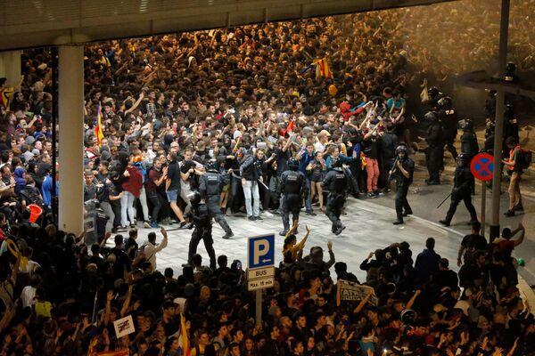 Столкновения протестующих с испанскими полицейскими произошли возле аэропорта Эль-Прат в Барселоне - Sputnik Грузия