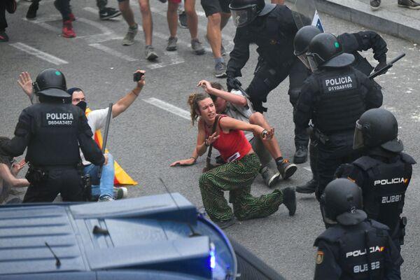 Столкновения митингующих с полицейскими начались после приговора суда каталонским политикам в связи с проведением незаконного референдума о независимости в 2017 году - Sputnik Грузия