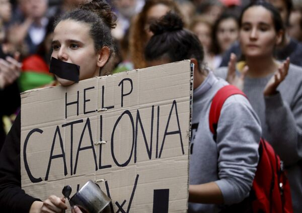 Кроме того, судья Верховного суда Пабло Льярена выдал европейский и международный ордера на арест бывшего главы каталонского женералитета Карлеса Пучдемона, который скрывается от испанского правосудия в Бельгии - Sputnik Грузия