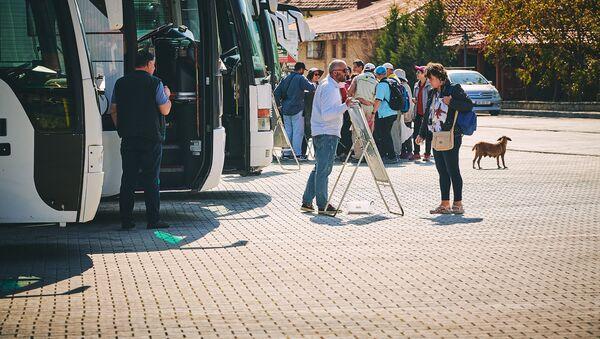 Туристы у автобусов на парковке в городе Мцхета - Sputnik Грузия