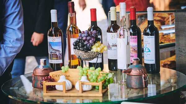 Грузинское вино в сувенирной лавке - Sputnik Грузия