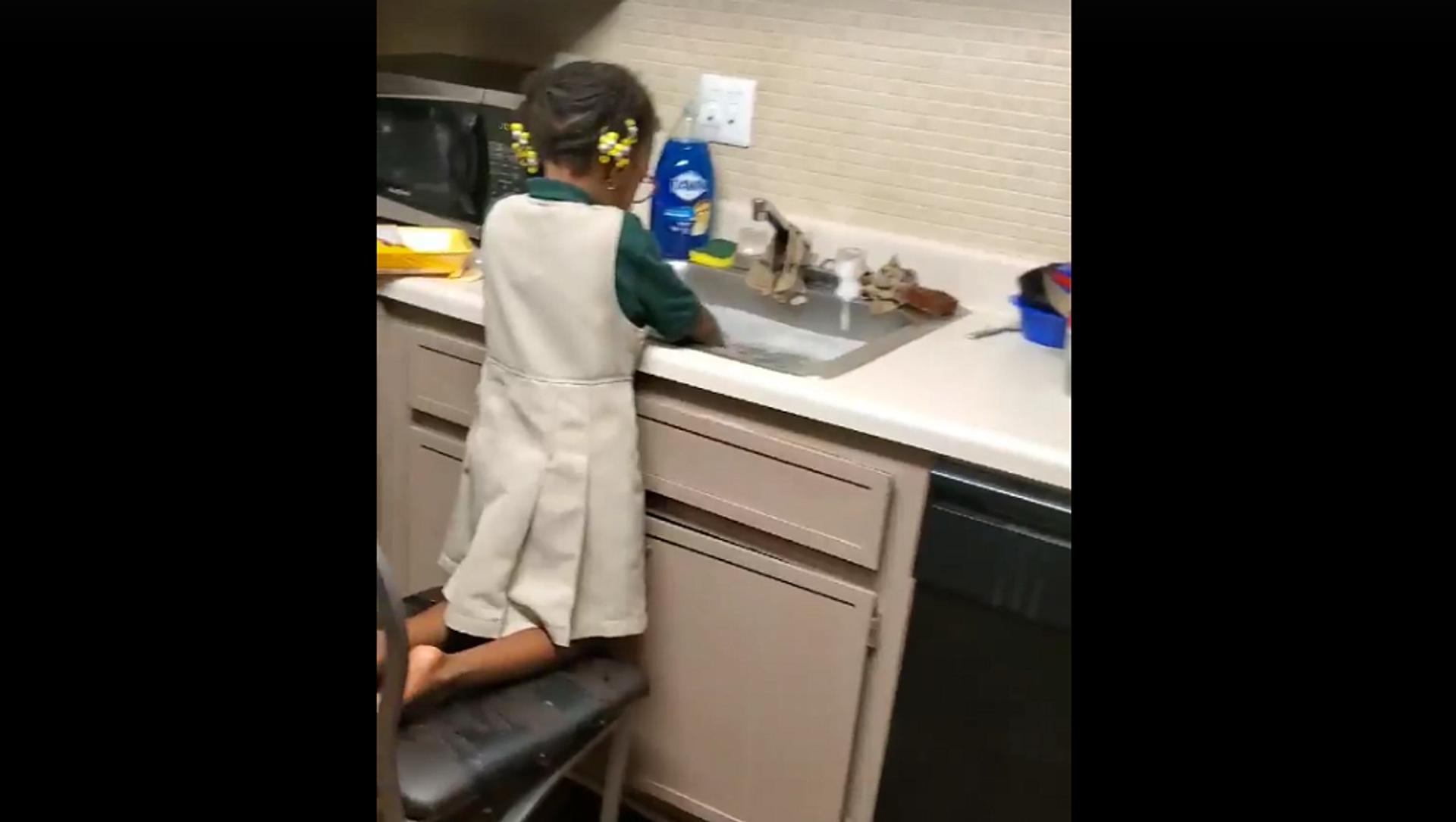 Мама попросила дочь помыть мясо курицы, но она поняла все неправильно – смешное видео - Sputnik Грузия, 1920, 23.07.2021