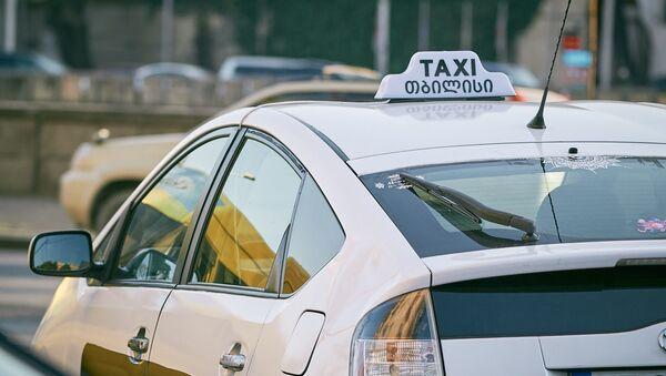 Белое такси на набережной - Sputnik Грузия