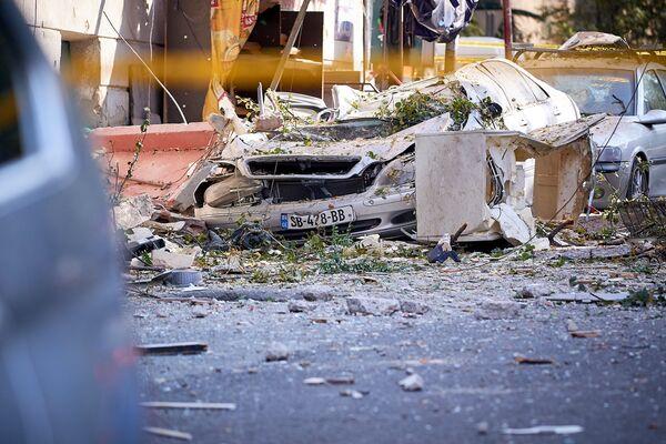 Некоторые из машин, находившиеся на улице, оказались практически уничтожены. Особенно пострадали те, которые  были припаркованы у дороги напротив взорвавшейся квартиры - Sputnik Грузия