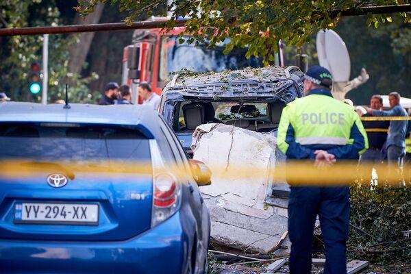 Эти автомобили находились прямо у дома, где был взрыв. На них обрушилась часть стены - Sputnik Грузия