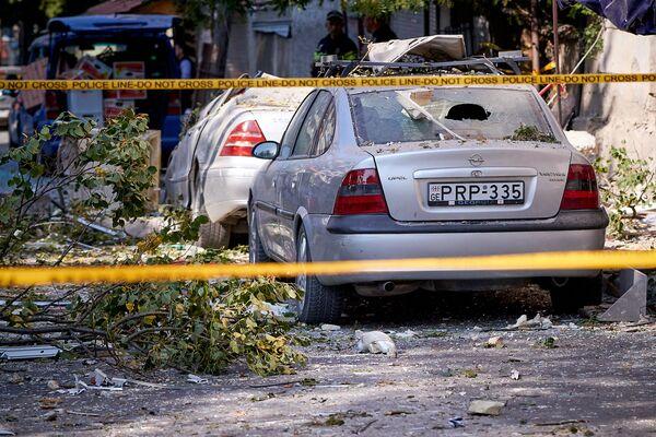 Многие из машин, получивших повреждения, будет трудно восстановить. Но вряд ли владельцы большинства из них располагают страховкой - пока автострахование еще не очень популярно в Грузии. Многие считают страхование автомобиля лишней тратой средств - Sputnik Грузия