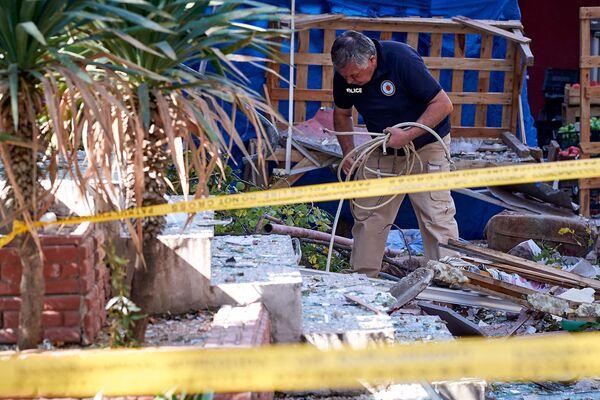 Следователь-криминалист работает на месте взрыва. Опасная работа. Этот сотрудник МВД одним из первых вошел в здание после взрыва. Его еще можно увидеть на фото в начале фотоленты. Там он осматривает пострадавшую от взрыва квартиру - Sputnik Грузия