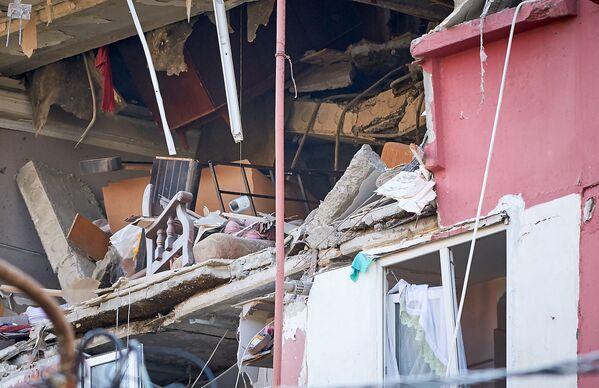 На этом фото видно, как после взрыва были деформированы несущие перекрытия в квартире, где произошло ЧП - Sputnik Грузия
