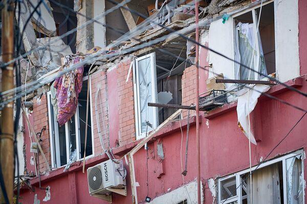 В доме, где был взрыв, а также во всех соседних зданиях взрывной волной выбило стекла - Sputnik Грузия