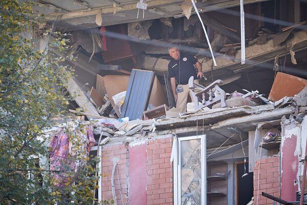 Взрыв не только разрушил часть здания, участок стены которого просто вынесло наружу взрывной волной...  - Sputnik Грузия