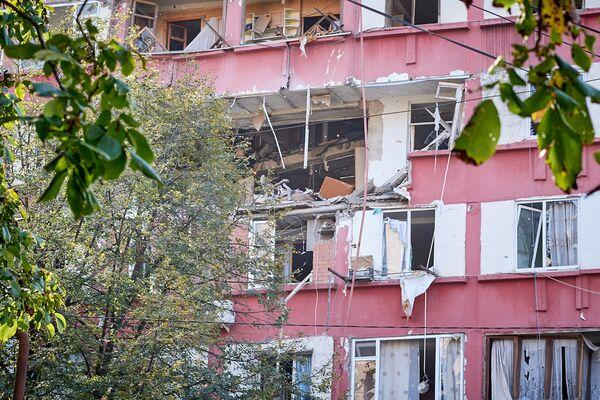 Теперь из-за банального нежелания обратить внимание на проблему 170 жильцов 16-этажного дома, где был взрыв, расселены по гостиницам, а часть здания в аварийном состоянии - Sputnik Грузия