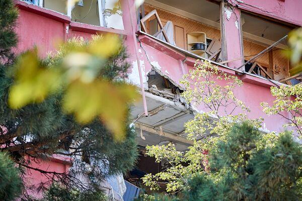 Разрушения от взрыва получили и другие квартиры в жилом здании, где произошло ЧП. Когда их жители смогут вернуться домой? Неизвестно - Sputnik Грузия