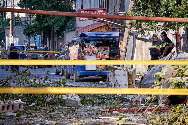На место взрыва были стянуты большие силы полиции. Вся территория была оцеплена в целях безопасности. Несмотря на это, некоторые жильцы домов по соседству пытались проскочить через ограждение и вступали в спор с полицией - Sputnik Грузия