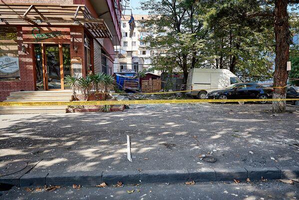 Взрыв произошел в 08:15 утра. По счастливой случайности, никто не погиб. А ведь в доме, где был взрыв, на первом этаже расположены ресторан и магазин. Когда думаешь об этом, первая мысль - хорошо, что все случилось утром. Ведь днем на улице было бы куда больше людей - Sputnik Грузия