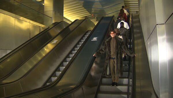 Высокая мода спустилась в метро: что было в московской подземке - Sputnik Грузия