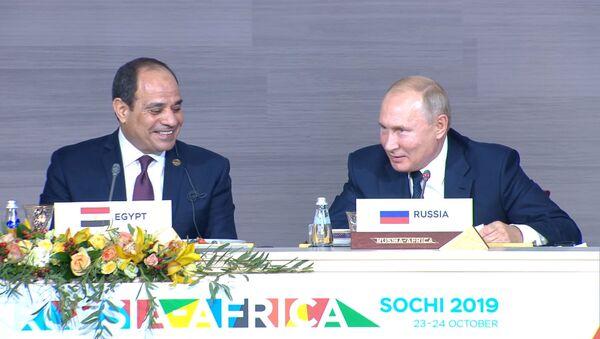 Владимир Путин в шутку пообещал поделиться зарплатой с президентом Египта - Sputnik Грузия