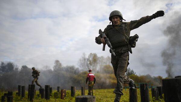 Огненно-штурмовая полоса во время испытаний на право ношения крапового берета среди военнослужащих спецназа Сибирского округа Росгвардии  - Sputnik Грузия