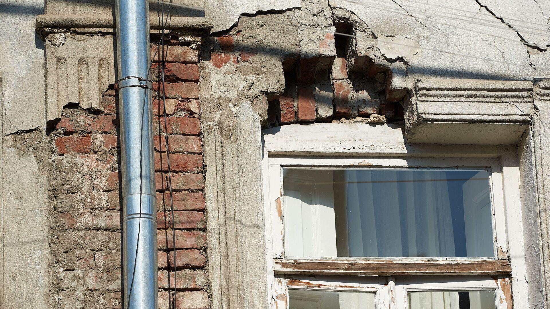 Разрушенный аварийный старый дом в центре грузинской столицы - Sputnik Грузия, 1920, 12.10.2021