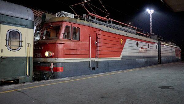Пассажирский поезд. Тбилисский железнодорожный вокзал - Sputnik Грузия