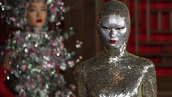 Модель представляет творение дизайнера Pierpaolo Piccioli из коллекции Valentino Haute Couture во время показа мод Летнем дворце Аман в Пекине, Китай - Sputnik Грузия