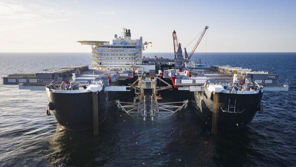 Pioneering Spirit устанавливает трубопровод в шведских водах, архивное фото - Sputnik Грузия