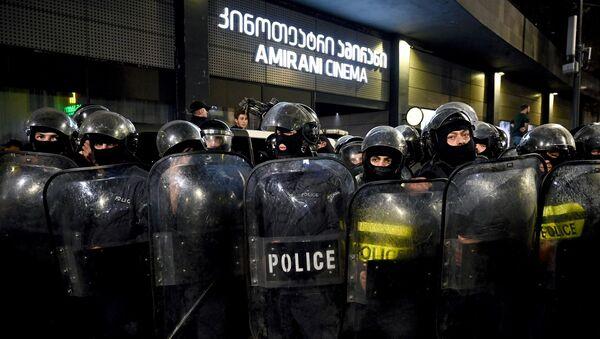 Акция протеста у кинотеатра Амирани против показа фильма А потом мы танцевали - Sputnik Грузия