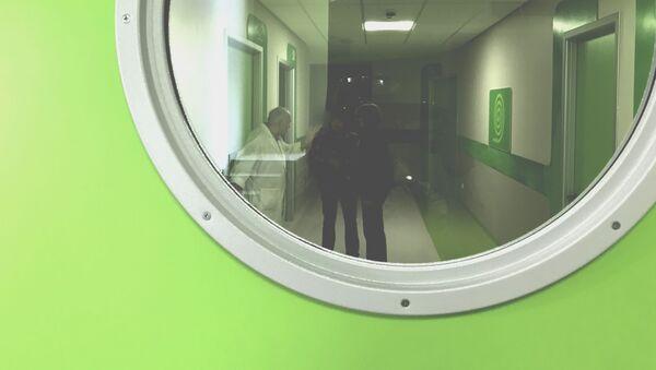 Врач в коридоре больницы разговаривает с пациентами - Sputnik Грузия