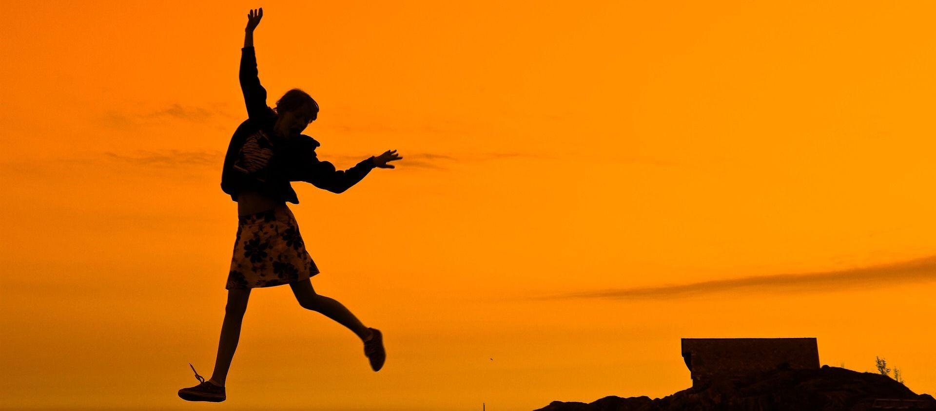ქალი მეწამულ ფონზე  - Sputnik საქართველო, 1920, 03.01.2020