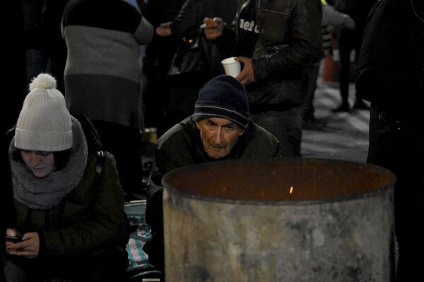ასაკოვანი ადამიანებისათვის ნოემბრის სიცივეში საათობით ქუჩაში დგომა რთულია, თუმცა ისინი წასვლას არ აპირებენ - Sputnik საქართველო