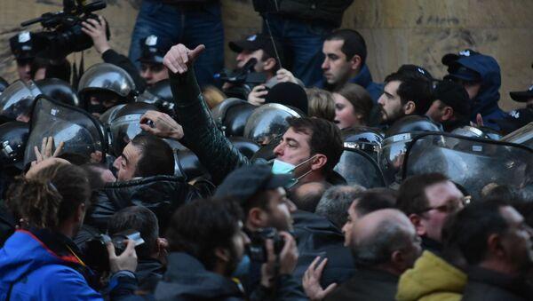 Протестующие и спецназ у здания парламента Грузии. Акция протеста оппозиции 18 ноября - Sputnik Грузия