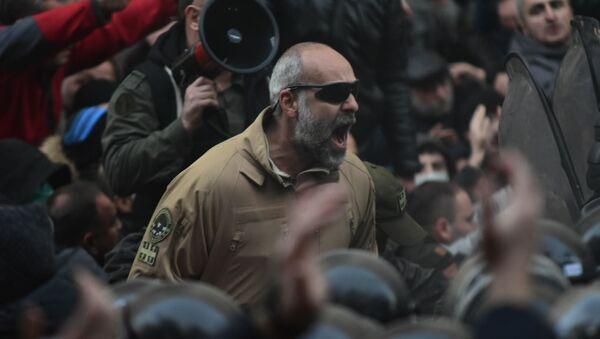 Давид Кацарава среди митингующих. Протестующие и спецназ у здания парламента Грузии. Акция протеста оппозиции 18 ноября - Sputnik Грузия