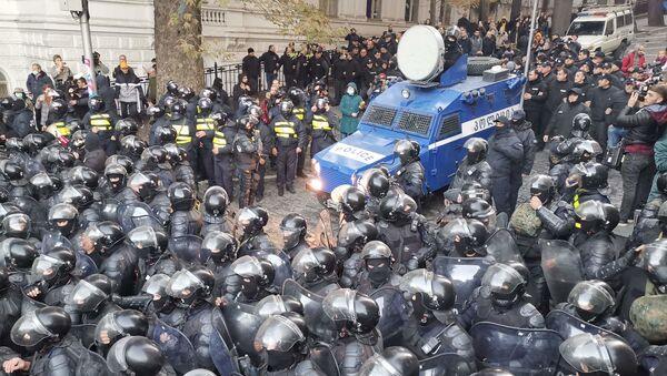 Спецназ вывели против протестующих в центре Тбилиси 18 ноября - видео - Sputnik Грузия