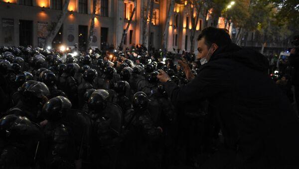 Оппозиция снова пытается занять проспект Руставели и вытеснить полицию - видео - Sputnik Грузия